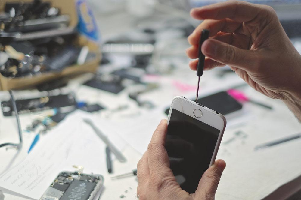 Uno de nuestro especialistas abriendo un iPhone 6